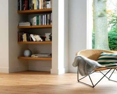 Bibliothèque en noyer naturel, entre deux murs