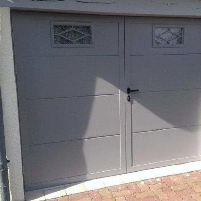Porte de garage battante avec hublots décoratifs 0