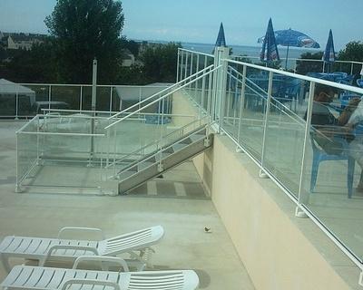 Barrière alu vitrée pour piscine