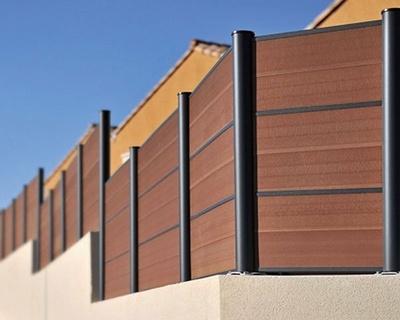 Clôture panneaux composite bruns