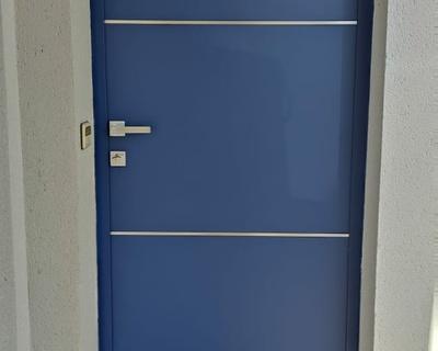 Installation porte d''entrée bleu saphir aluminium - Carnac
