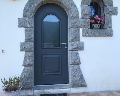 Installation d''une porte d''entrée cintrée en aluminium