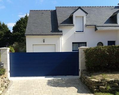 Portail de clôture aluminium coulissant motorisé bleu laqué - Sarzeau