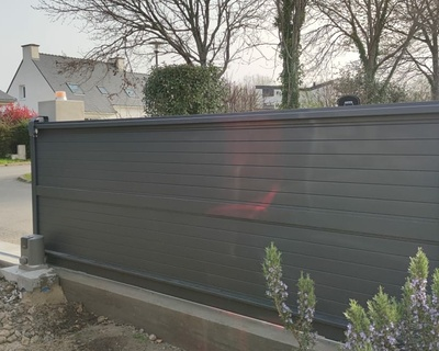 Portail coulissant motorisé aluminium coloris gris - Ploemel