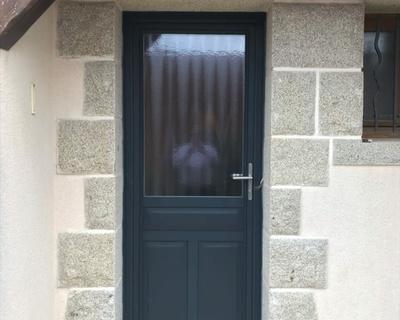 Porte d''entrée alu coloris gris - vitrage sablé- Carnac