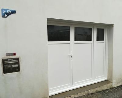 Porte garage PVC blanc - vitrage sécurité - St Pierre de Quiberon
