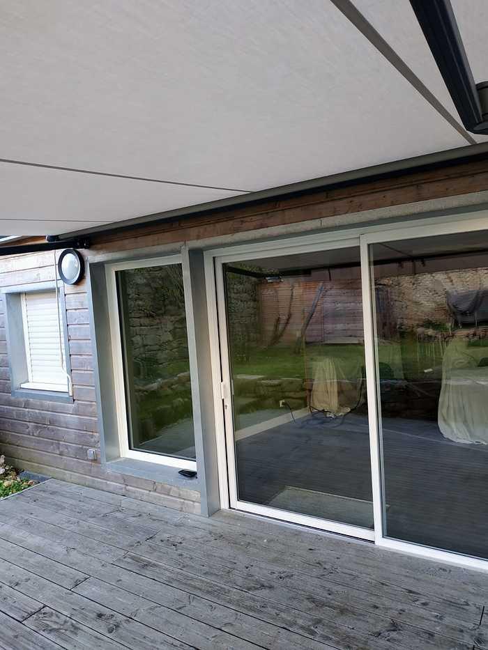 Fenêtres coulissantes avec châssis alu et pose d''un store -Etel seqc
