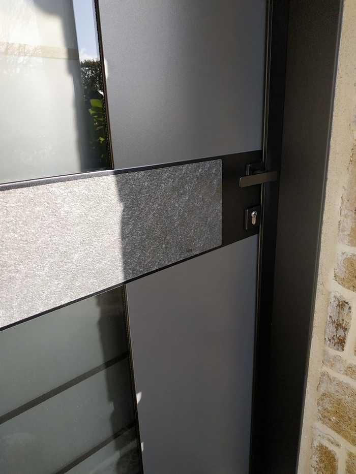 Pose porte d''entrée Monalu sur façade pierre - Plougoumelen 2