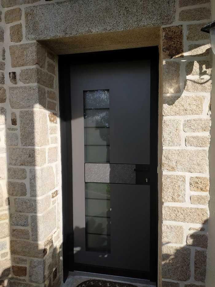 Pose porte d''entrée Monalu sur façade pierre - Plougoumelen 3
