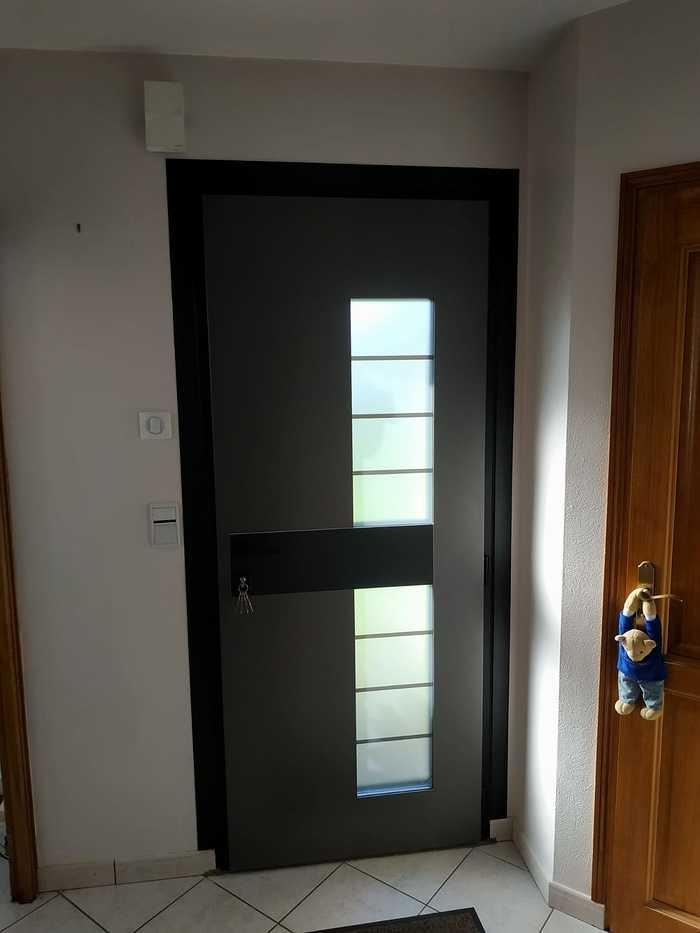 Pose porte d''entrée Monalu sur façade pierre - Plougoumelen index
