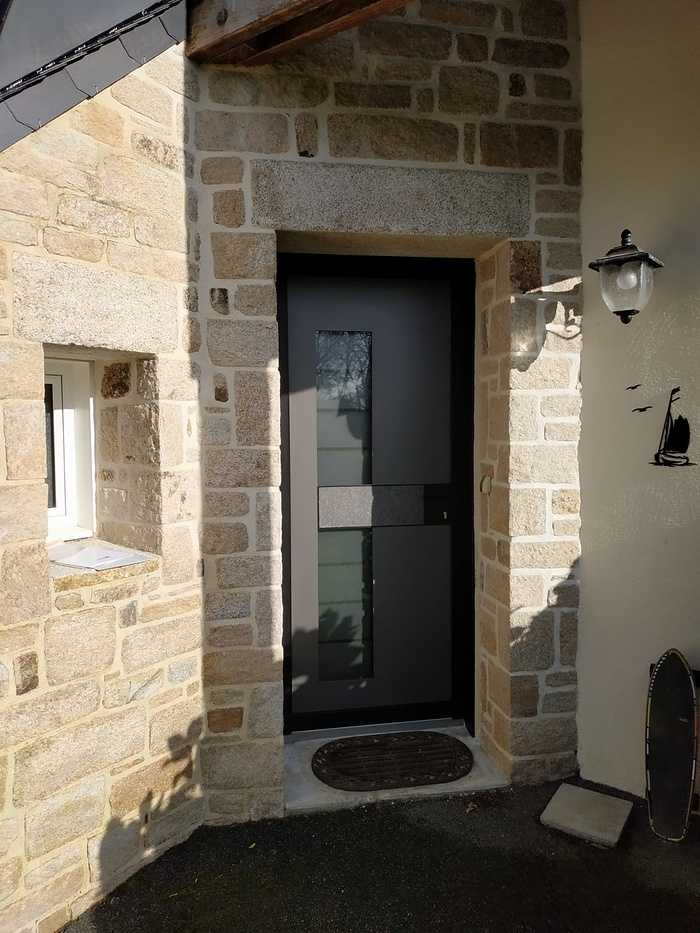 Pose porte d''entrée Monalu sur façade pierre - Plougoumelen 0