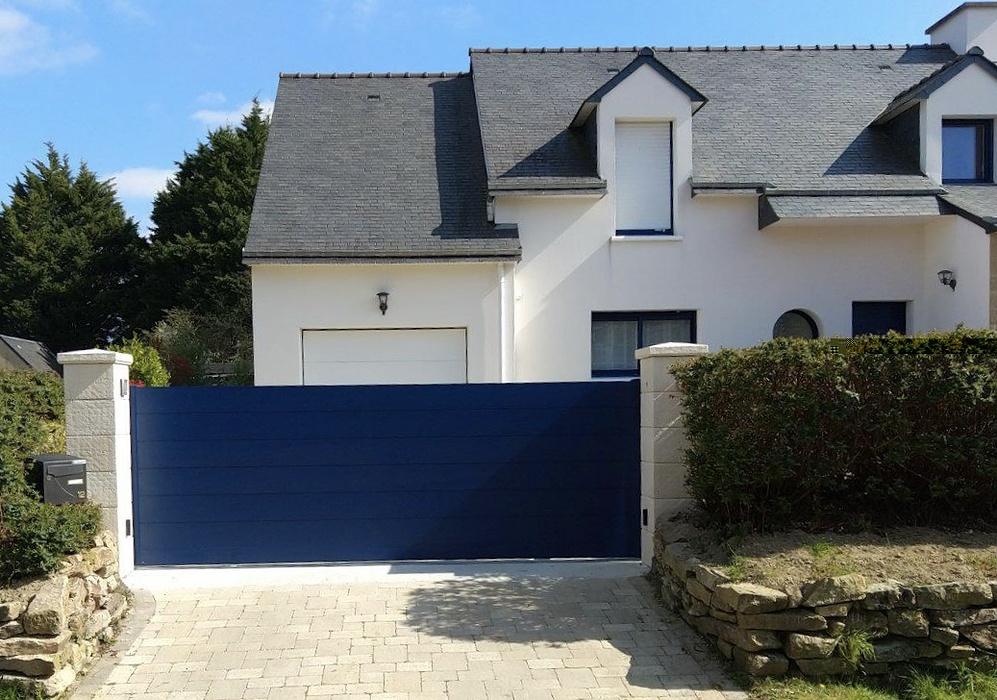 Portail de clôture aluminium coulissant motorisé bleu laqué - Sarzeau 0