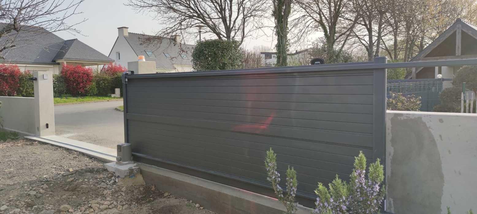 Portail coulissant motorisé aluminium coloris gris - Ploemel 0
